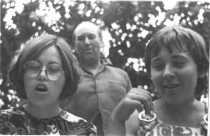 Szakáll Ágnes, Horváth László és Tömpe Emôke énekpróba közben a Gyulai Mûvésztelepen 1971-ben. Mindhárman szerepelnek a mostani kiállításon. Laci bácsi már nem él.