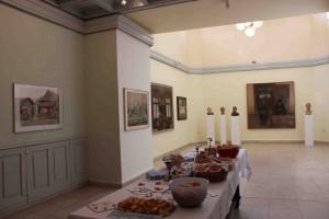 A belső terem Balogh Gyula és Szakáll Ágnes már-már klasszikussá vált képeivel