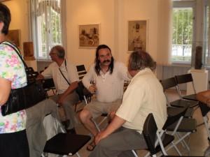 Kis beszélgetőcsoportok alakulnak. László Dániel és Balogh gyula